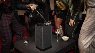 Drink søles på UE Hyperboom på en fest