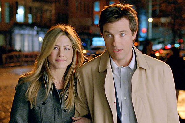 jennifer aniston and jason bateman arm in arm the switch