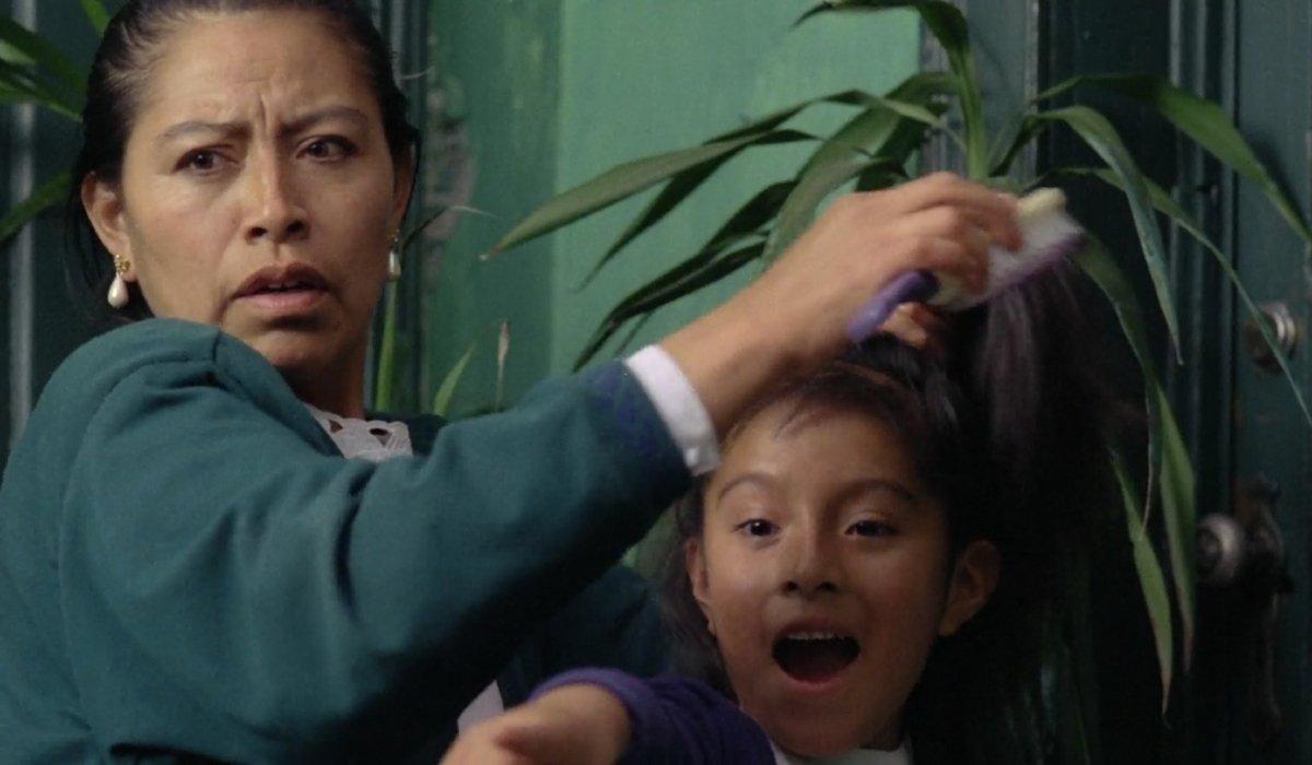 Sólo con tu pareja Liboria Rodriguez tries to shield a young girl's eyes