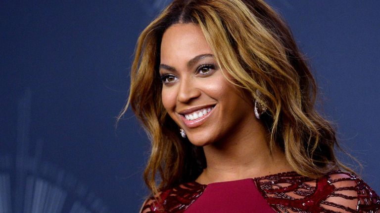 Beyonce poses backstage at the 2014 MTV Video Music Awards at the Forum in Inglewood, California on August 24, 2014