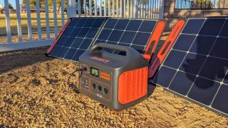 Jackery Explorer 1000 and solar panel in the sunshine