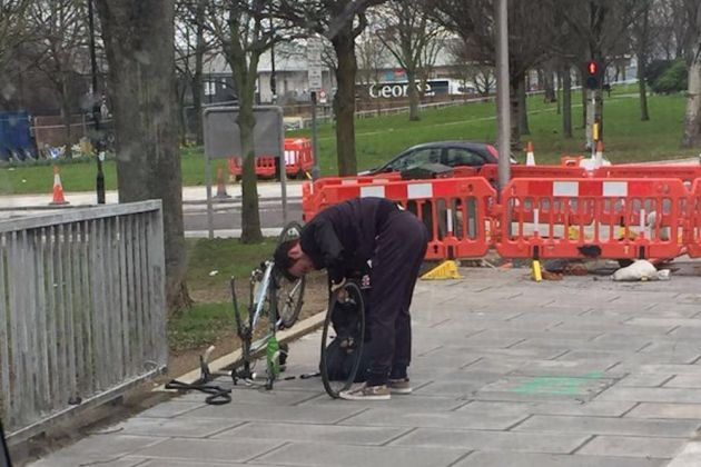 Mark Cavendish helps a cyclist with a puncture (Photo: Twitter/@zahradamji)