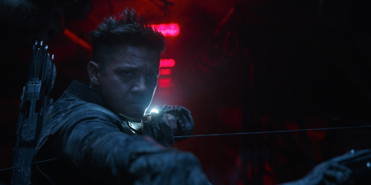 Hawkeye (Jeremy Renner) at the ready in Avengers: Endgame (2019)