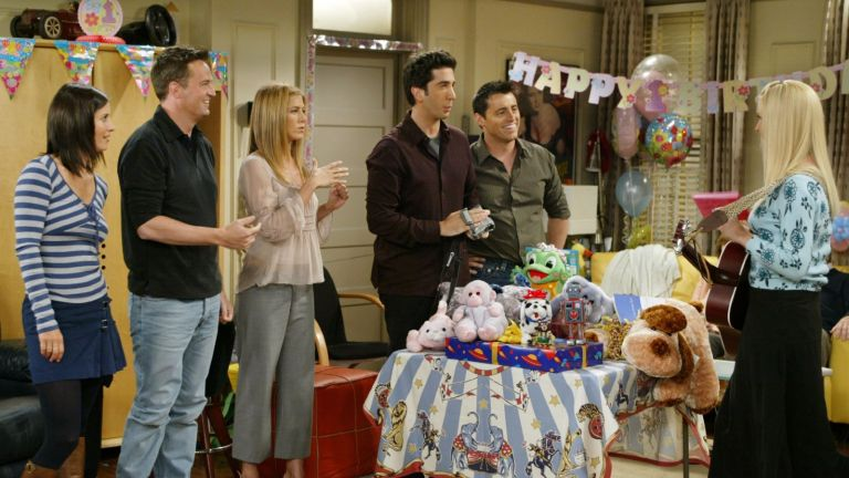 """The cast of the hit NBC series """"Friends,"""" (L-R) Courteney Cox Arquette, Matthew Perry, Jennifer Aniston, David Schwimmer, and Matt LeBlanc, listen to Lisa Kudrow, sing a during one of their last shows on the Warner Bros lot Sept. 12, 2003"""
