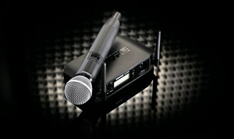 The barrel of the mic doesn't taper like a '58, and is two-thirds longer, feeling big, but also solid and well-made