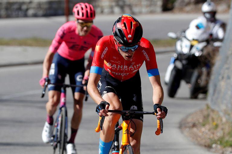 Gino Mäder riding at Paris-Nice 2021