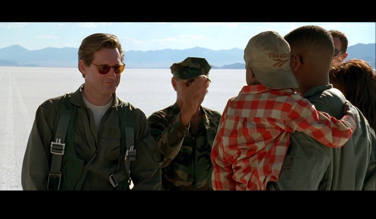 Independence Day Bill Pullman and Will Smith meet in the desert
