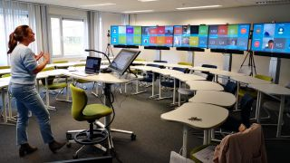 Instructor uses Barco WeConnect technology in a hybrid virtual learning classroom at KU Leuven in Belgium.