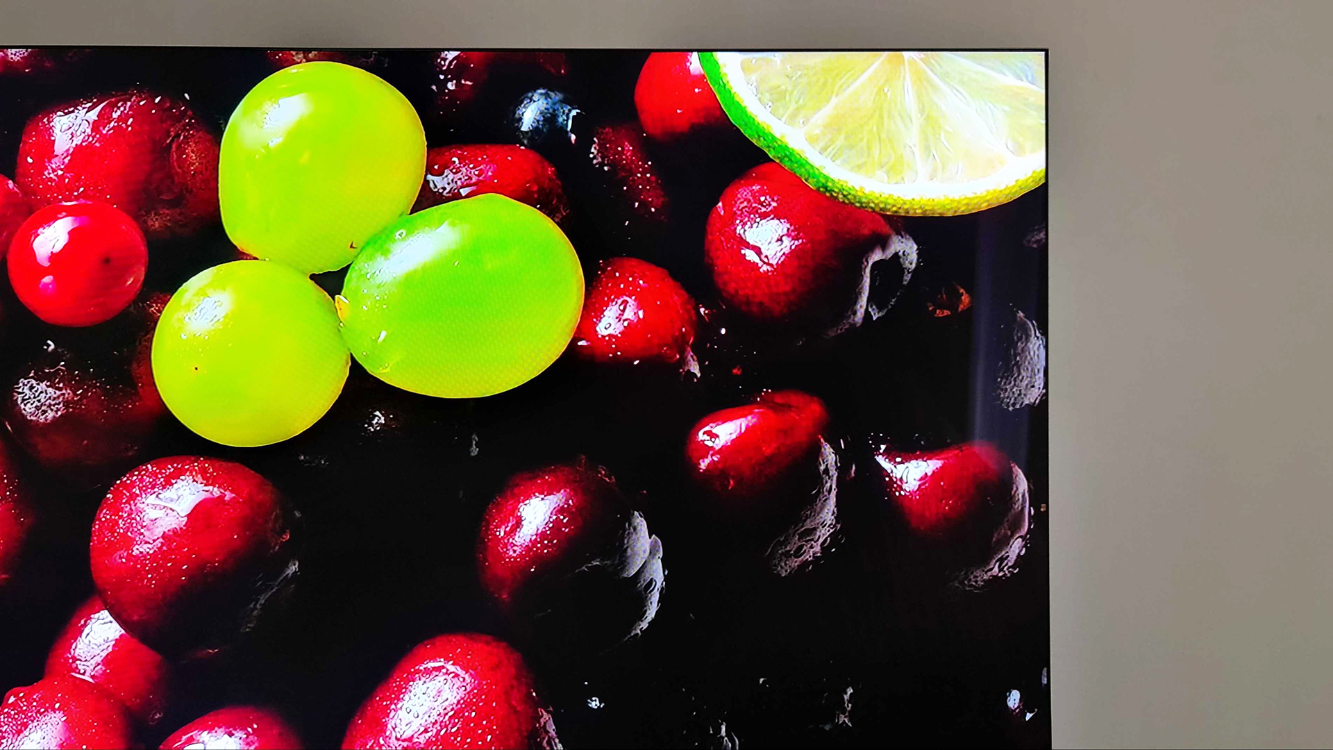 An up-close look at the QN900A's ultra-thin bezel.