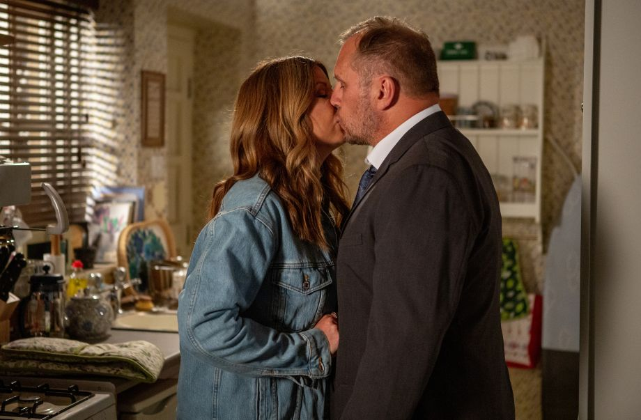 Will and Harriet share a kiss in Emmerdale