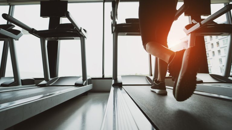 Gym etiquette: 10 things you should NOT do in a gym (woman running on treadmill)
