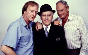 Glynn Edwards, que interpretou Dave o barman, com George Cole e Dennis Waterman em Minder