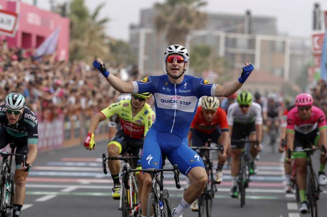 Elia Viviani (Quick-Step Floors) wins stage 2 at the Giro d'Italia
