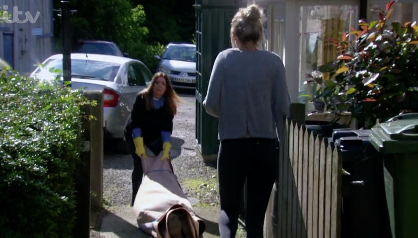 Harriet y Dawn Emmerdale mueven el cuerpo de Malone