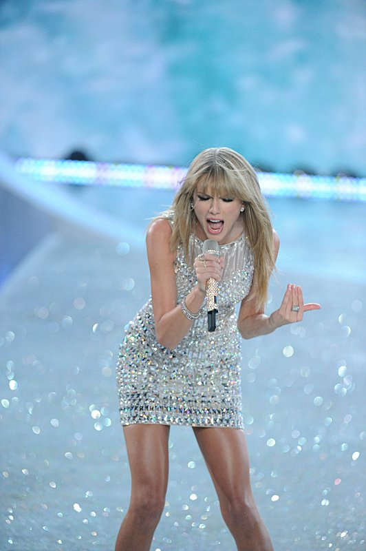 Watch Victoria's Secret Angels Lip Sync To Taylor Swift's 'I Knew You Were Trouble' #29897