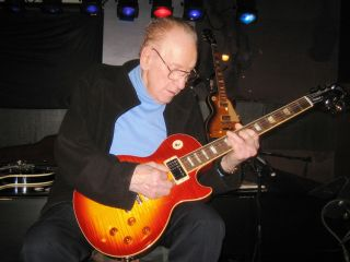 The legendary Les Paul noodles on a guitar he called a great new model