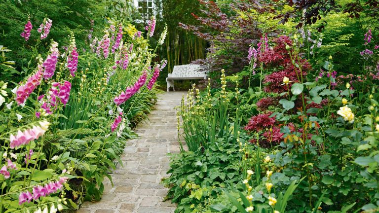 cottage garden path ideas: stone pathway with borders