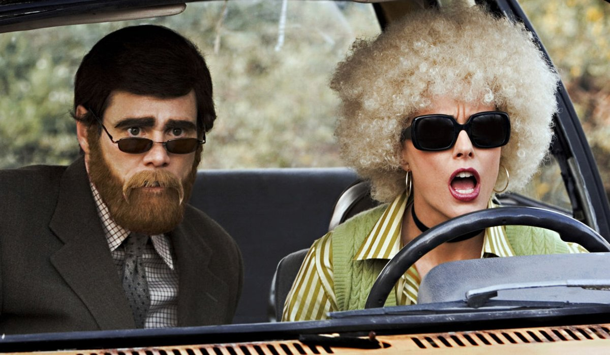 Jim Carrey and Tea Leoni scope out a bank in disguise in Fun with Dick and Jane.