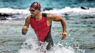 Mann läuft durch Wasser während Olympia Triathlon