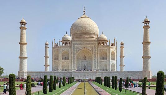 Famous buildings: Taj Mahal in Agra