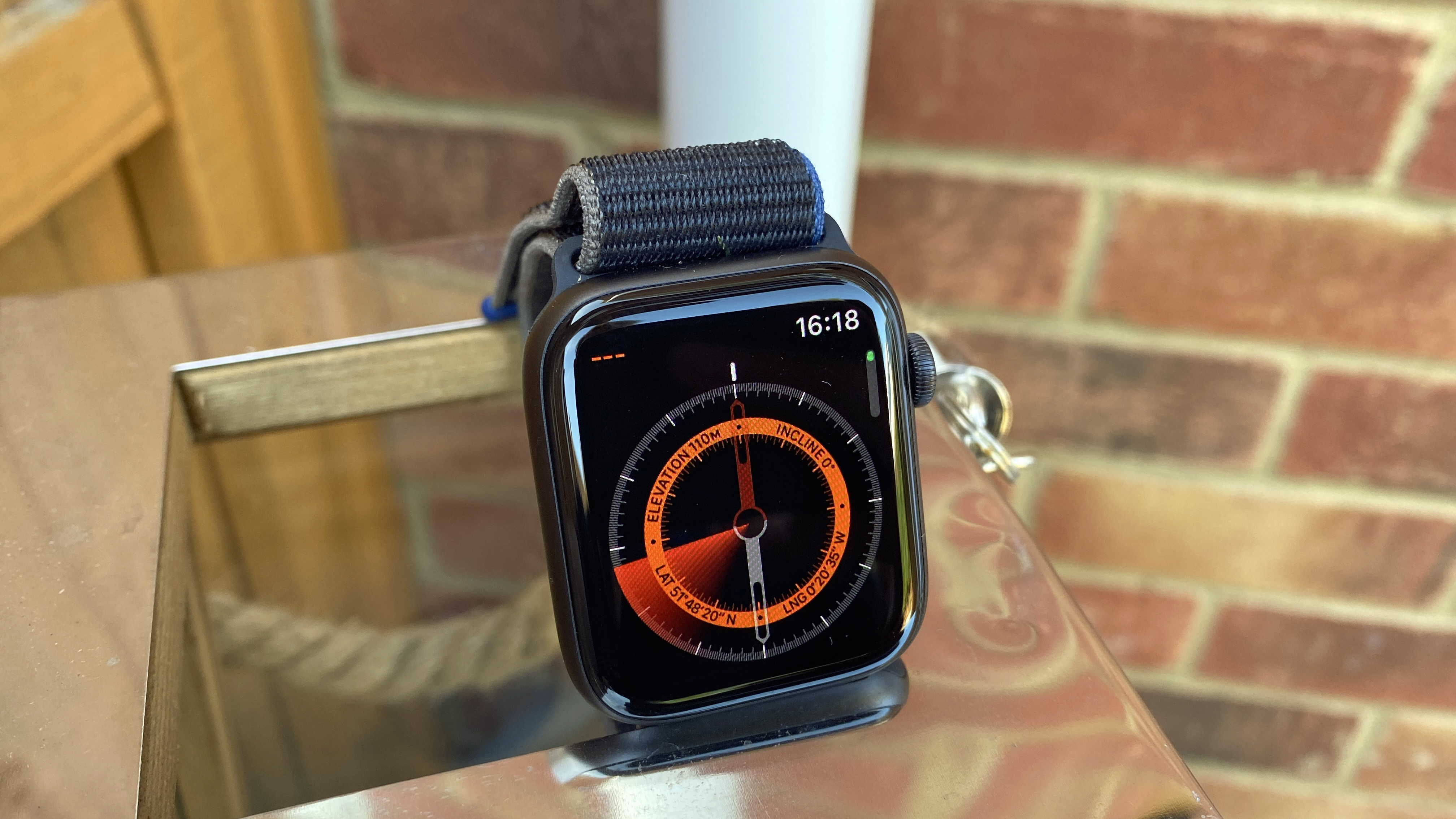 Apple Watch SE: with a compass watch face