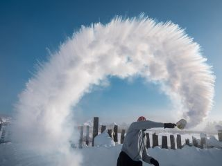 Boiling water to snow