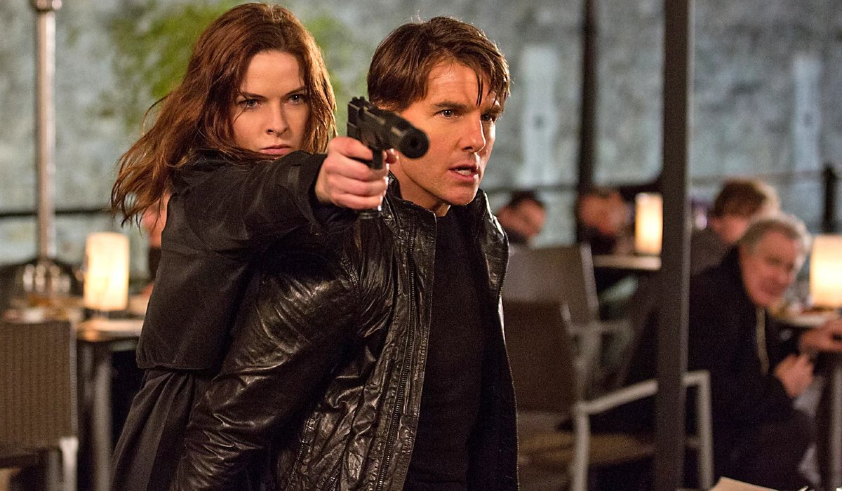 Rebecca Ferguson uses Tom Cruise's shoulder to aim in Mission: Impossible - Rogue Nation