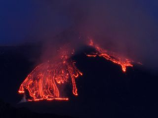 mount etna volcanic eruptions, mounta etna pictures, erupting volcano pictures, active volcanic eruptions