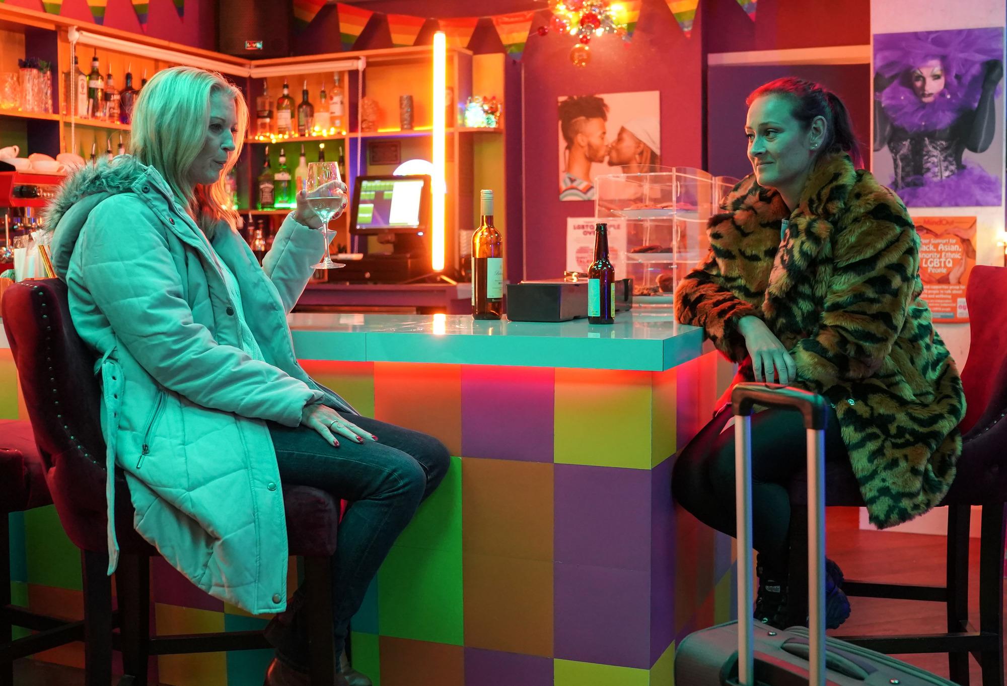 Tina le pregunta a Kathy si puede quedarse con ella en EastEnders
