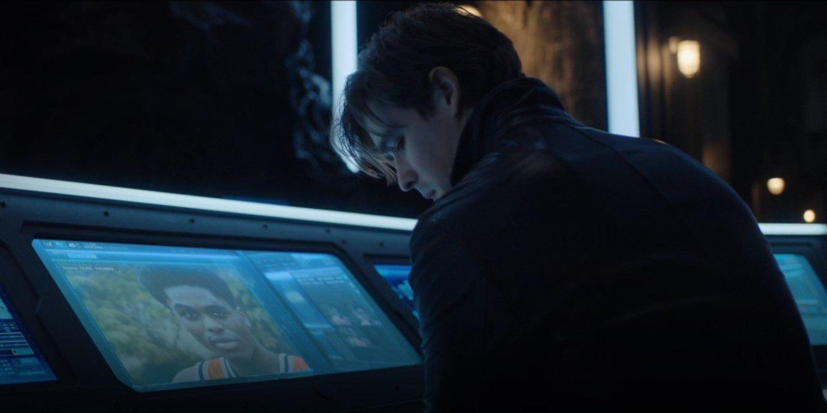 dick grayson looking at picture of duke thomas on titans season 3