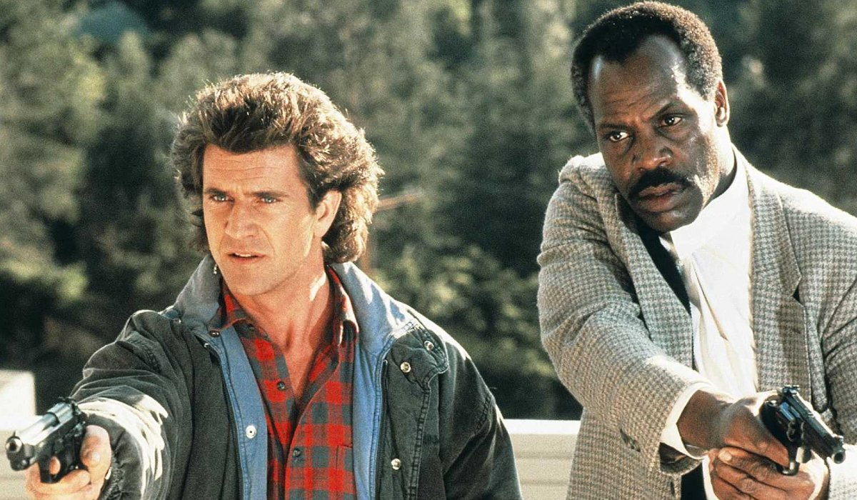 Lethal Weapon Mel Gibson and Danny Glover guns drawn at the tree lot