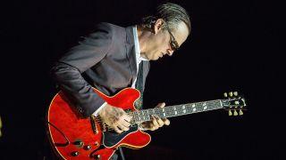 Joe Bonamassa playing guitar