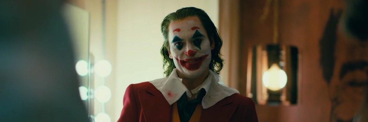 Joaquin Phoenix in full clown gear for Joker