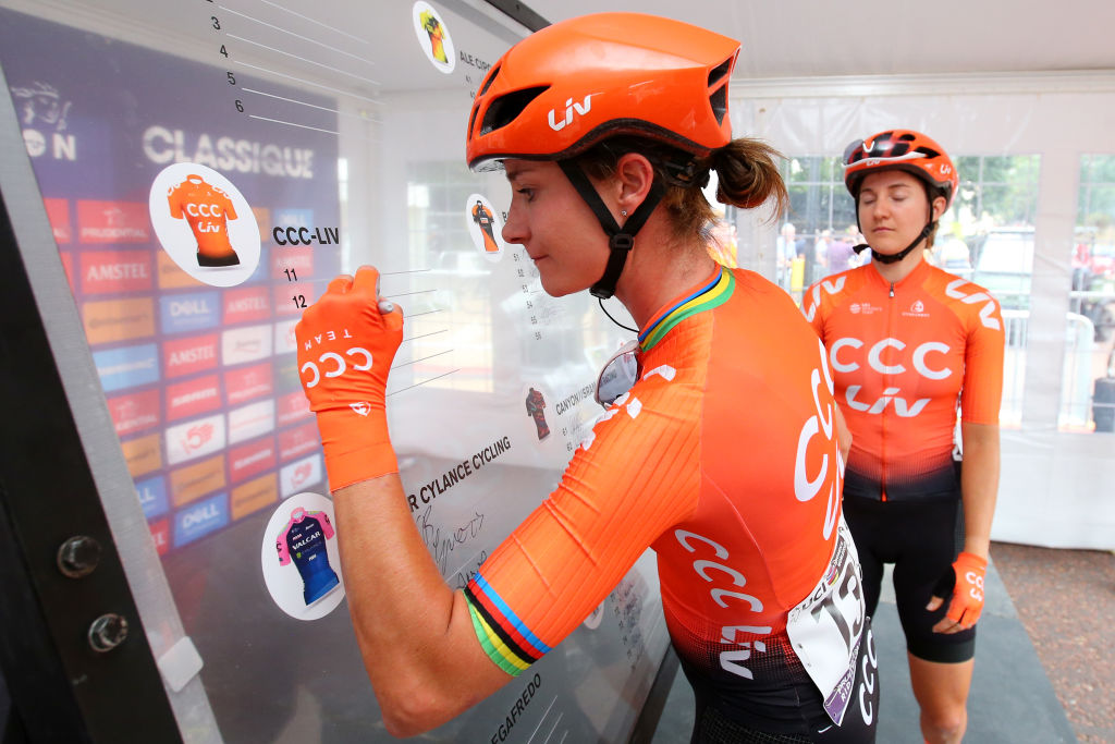 Marianne Vos (CCC-Liv ) signs on for the start of the 2019 RideLondon Classique