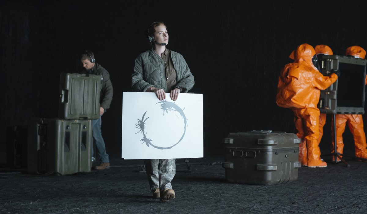 Arrival Amy Adams holding a cue card written in Heptapod