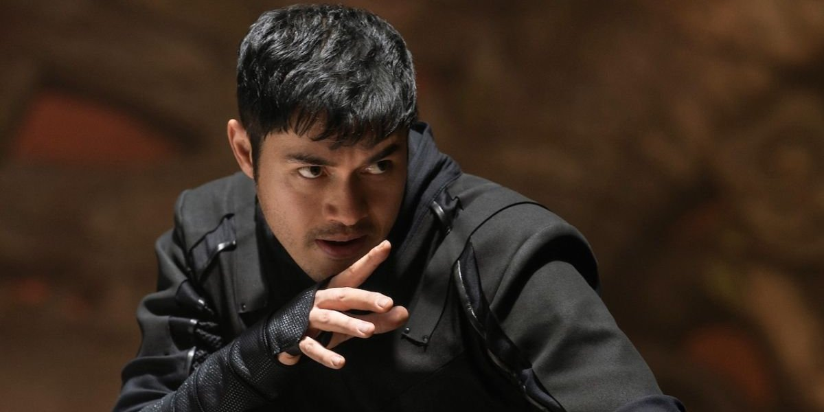 Henry Golding prepares to fight in Snake Eyes.