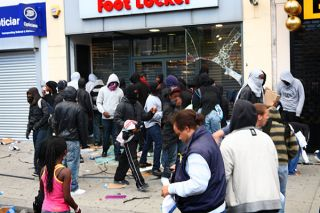 Looters and onlookers outside Foot Locker, Walworth Road, Elephant and Castle, London. Credit: Flickr | hozinja