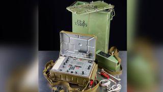 La radio espía soviética fue encontrada enterrada junto a un camino a través de un antiguo bosque cerca de la ciudad alemana de Colonia, a pocos kilómetros de un centro de investigación nuclear y una base aérea militar.