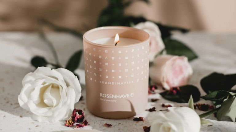 Skandinavisk candles: Rosenhave scent pink, surrounded by flowers
