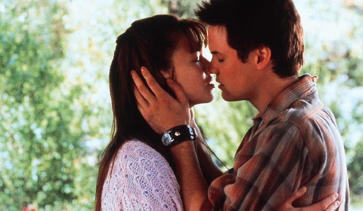 A Walk To Remember Mandy Moore and Shane West kiss on the porch