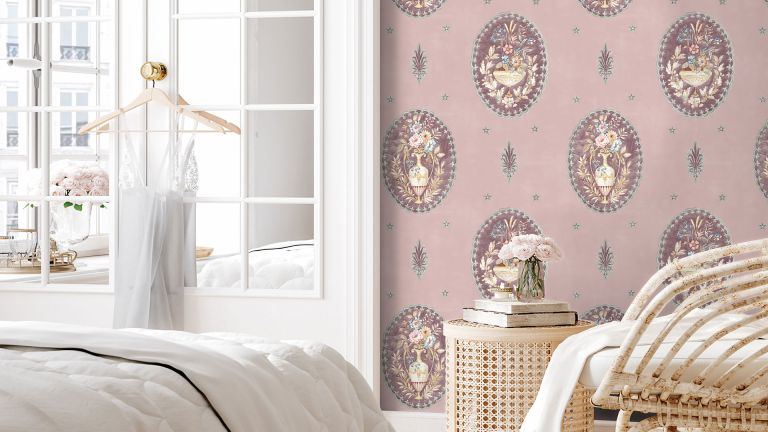 Vintage decor: woodchip and magnolia floral wallpaper in bedroom