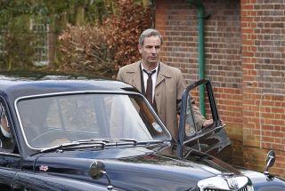 Robson Green as DI Geordie Keating.