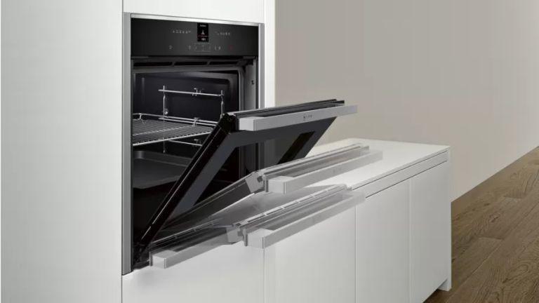 NEFF N70 B57CR22N0B slide&hide oven