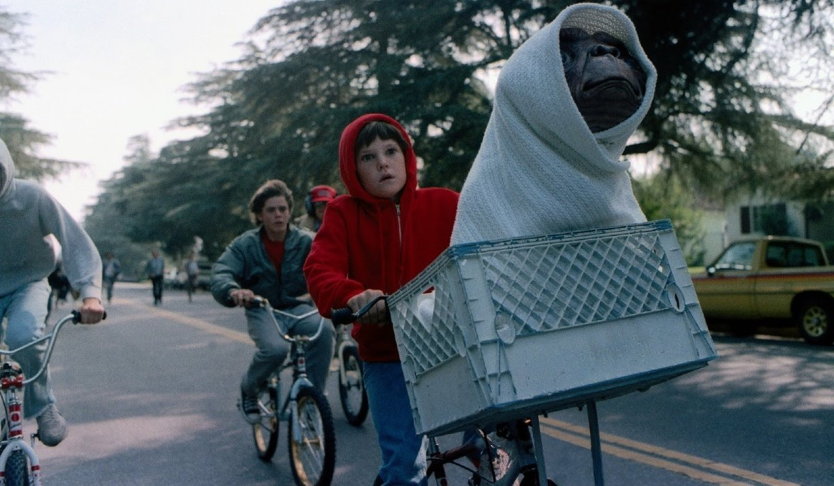 E.T. the Extra-Terrestrial Henry Thomas and his friends riding bikes with E.T