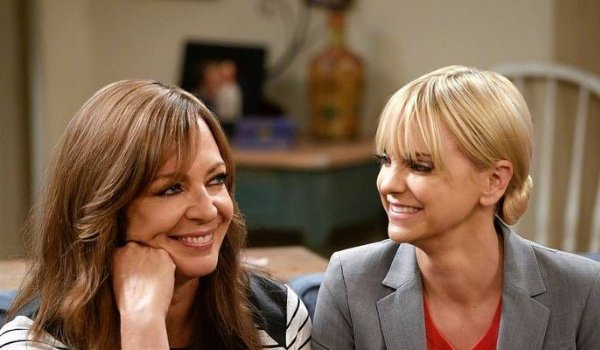 Mom Allison Janney and Anna Faris smiling as they sit on a couch