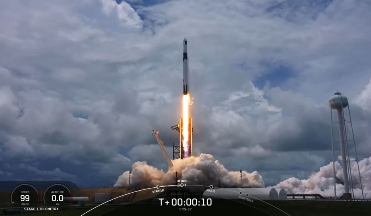 SpaceX launches new solar arrays to space station, nails rocket landing at sea - Space.com
