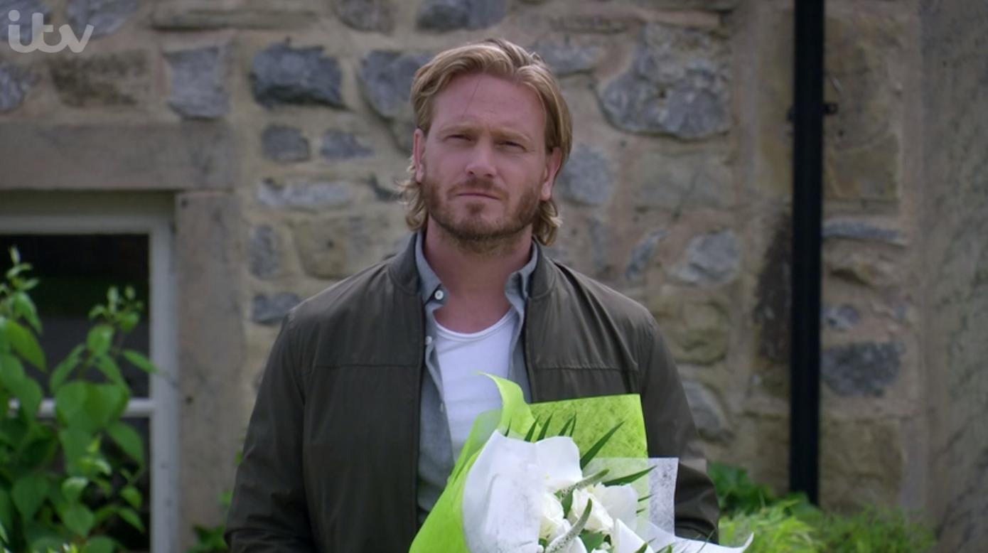 David compra flores para Victoria en Emmerdale