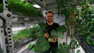 DLR researcher Paul Zabel and kohlrabi