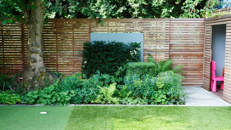 Fence decorating ideas with mirrors and plants