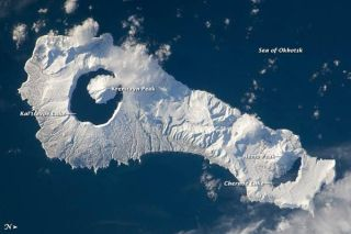 onekotan-island-volcano-110126-02